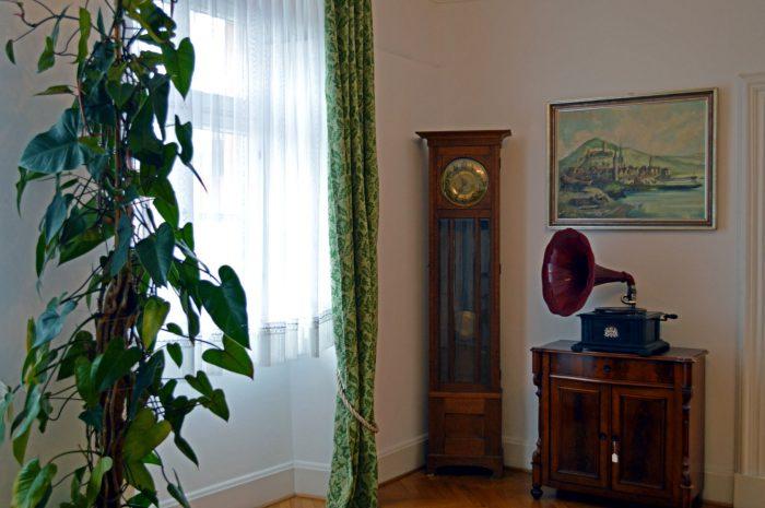 Standuhr und Grammophon im Bürgerzimmer