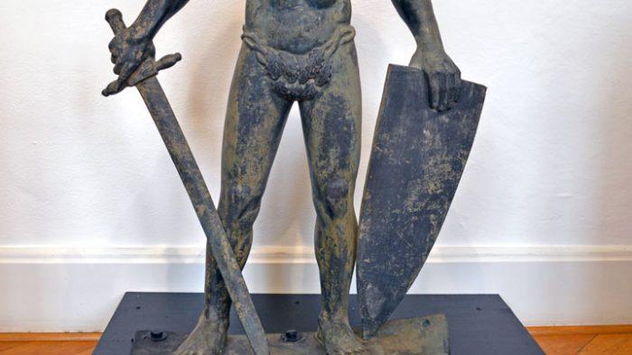 Original der Siegfriedfigur vor dem historischen Rathaus